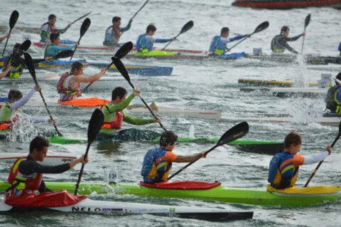 Piragüistas participando nunha competición de piragüismo